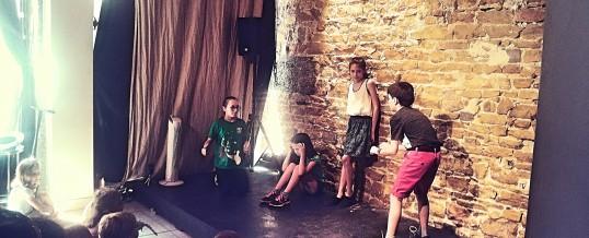 Stage d'improvisation théâtrale pour les enfants pendant les vacances scolaires